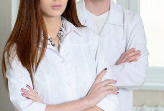 眉間のしわの美容整形の名医はどう探す?
